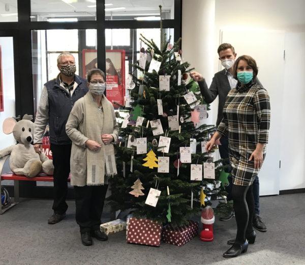 Weihnachtsbaum mit Kinderwünschen - Wolfgang Rohde und Beate Hoffmann von der Barsbütteler Tafel und Sven Thoele und Martina Altenberger von der Haspa Barsbüttel