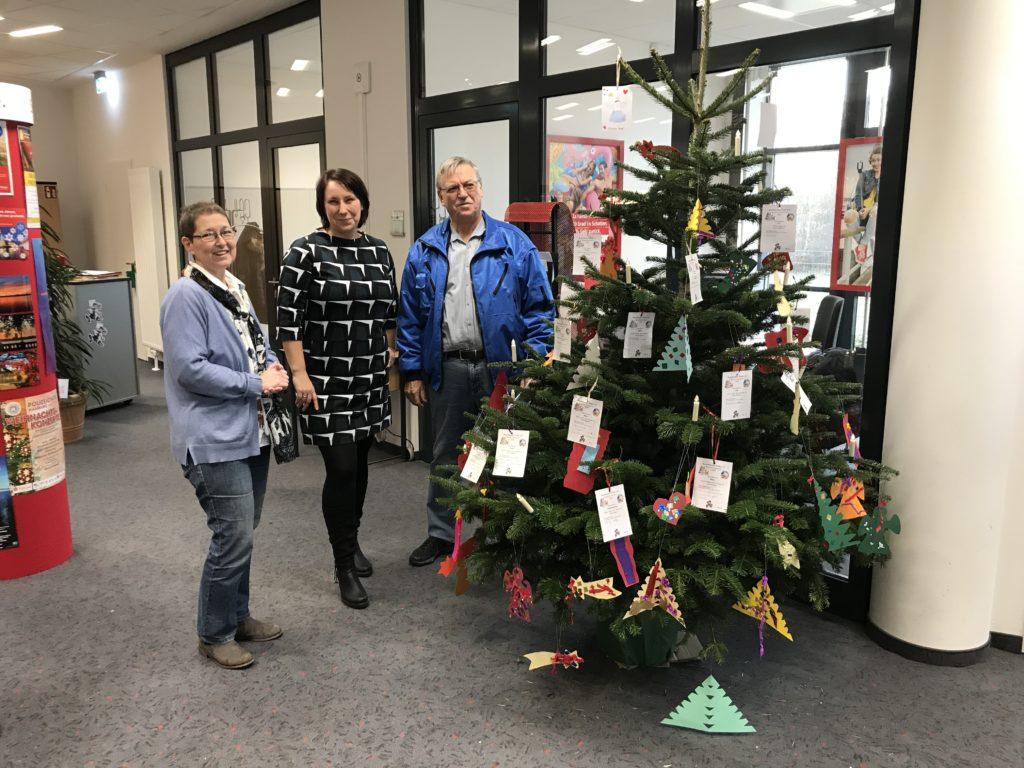 Weihnachtsbaum mit Kinderwünschen - Beate Hoffmann und Wolfgang Rohde von der Barsbütteler Tafel und Frau Martina Altenberger in der Mitte