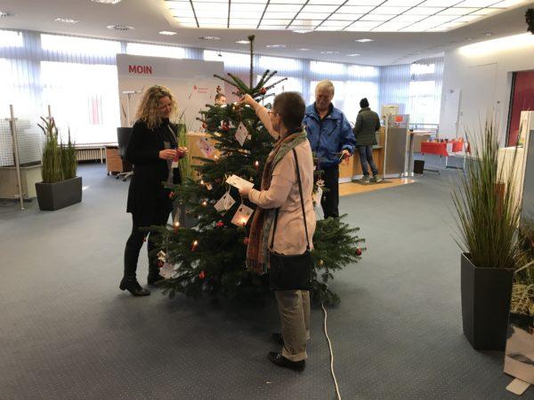 Weihnachtsbaum mit Kinderwünschen - von links nach rechts: Susanne Laatz (Sparkasse-Holstein), Beate Hoffmann und Wolfgang Rohde von der Barsbütteler Tafel Foto: Klaus Hoffmann